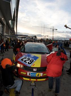 Pit stop for #229 Honda Civic Type R: Michael Ecker, Kim Berwanger, Uwe Unteroberdörster