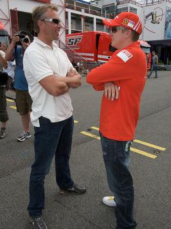 Kimi Raikkonen, Scuderia Ferrari, discusses ve J.J. Lehto