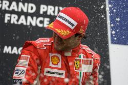 Podio: ganador de la carrera Felipe Massa celebra con champagne
