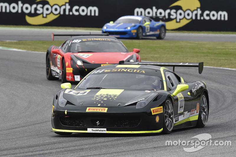 #144 Vladimir Hladik, Scuderia Praha, mit Motorsport.com-Logos im Hintergrund