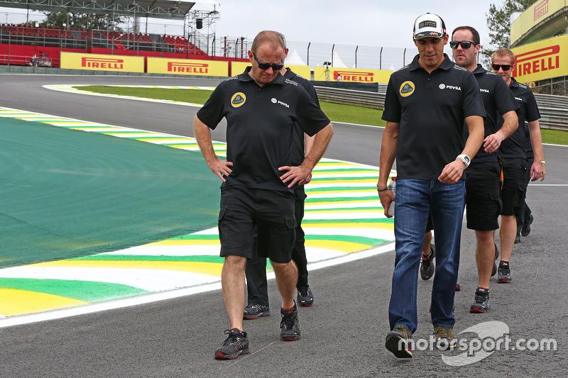 Пастор Мальдонадо, Lotus F1 Team йде по треку з командою