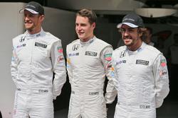 Jenson Button, McLaren met Stoffel Vandoorne, McLaren reserve- en testrijder Fernando Alonso, McLaren tijdens de teamfoto