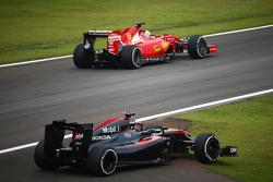 The McLaren MP4-30 - Фернандо Алонсо , McLaren його випереджає Себастьян Феттель, Ferrari в другій