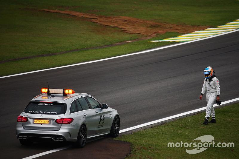 Фернандо Алонсо, McLaren, залишає машину після її відмови у другому тренуванні