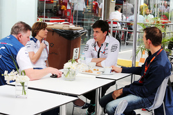(L naar R): Mike O'Driscoll, Williams Group CEO met Claire Williams, Williams Deputy Team Principal,