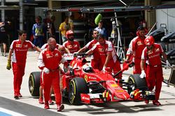 Sebastian Vettel, Ferrari SF15-T, in der Box