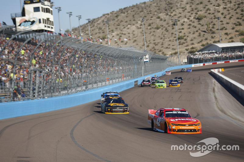 Kyle Larson, Hscott Motorsports Chevrolet and Brendan Gaughan, Richard Childress Racing Chevrolet