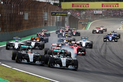 Старт: Нико Росберг, Mercedes AMG F1 и Льюис Хэмилтон, Mercedes AMG F1 лидируют