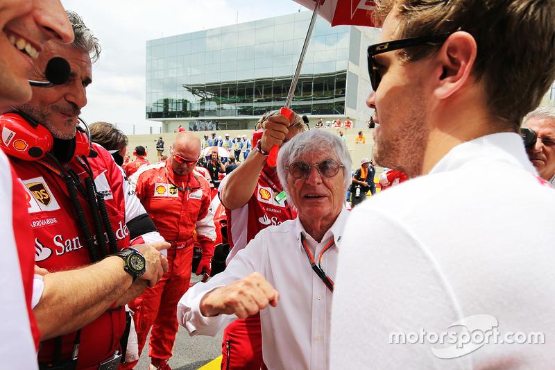 Maurizio Arrivabene, Ferrari-Teamchef, mit Bernie Ecclestone und Sebastian Vettel, Ferrari, in der Startaufstellung
