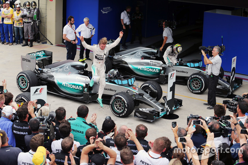 1. Nico Rosberg, Mercedes AMG F1 W06, feiert mit dem Team im Parc Fermé