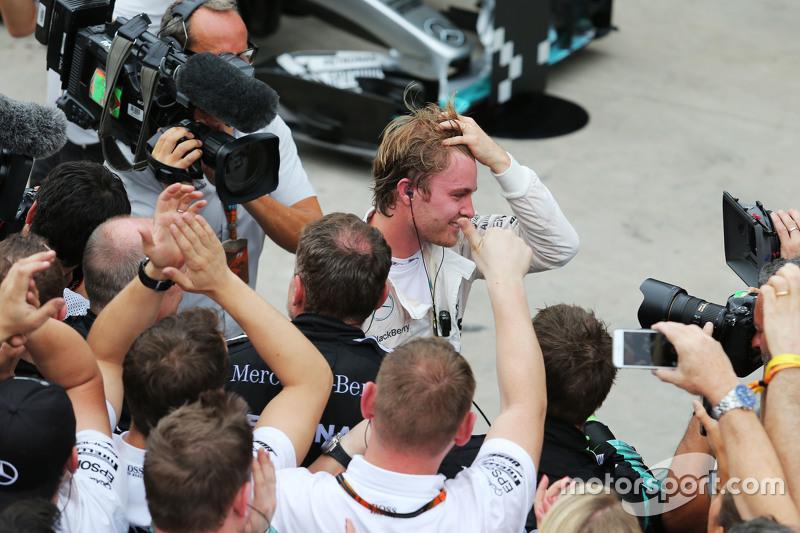 1. Nico Rosberg, Mercedes AMG F1, feiert mit dem Team im Parc Fermé
