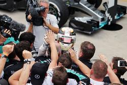 Льюис Хэмилтон, Mercedes AMG F1 празднует второе место с командой в закрытом парке