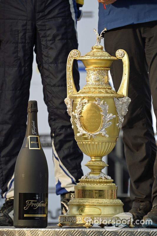 Le trophée des vainqueurs et le champagne qui n'a pas été débouché