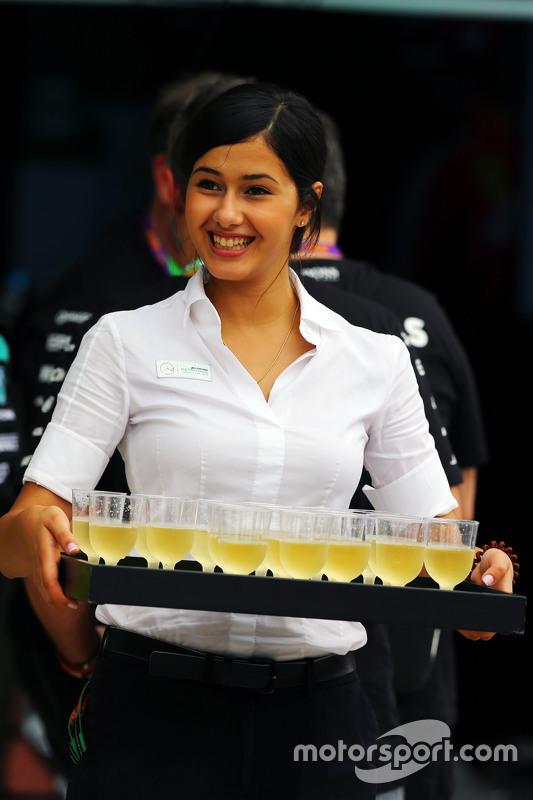 Mercedes AMG F1 padokta içecek ikram ediyor