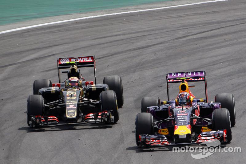 Daniil Kvyat, Red Bull Racing RB11, und Pastor Maldonado, Lotus F1 E23, im Zweikampf