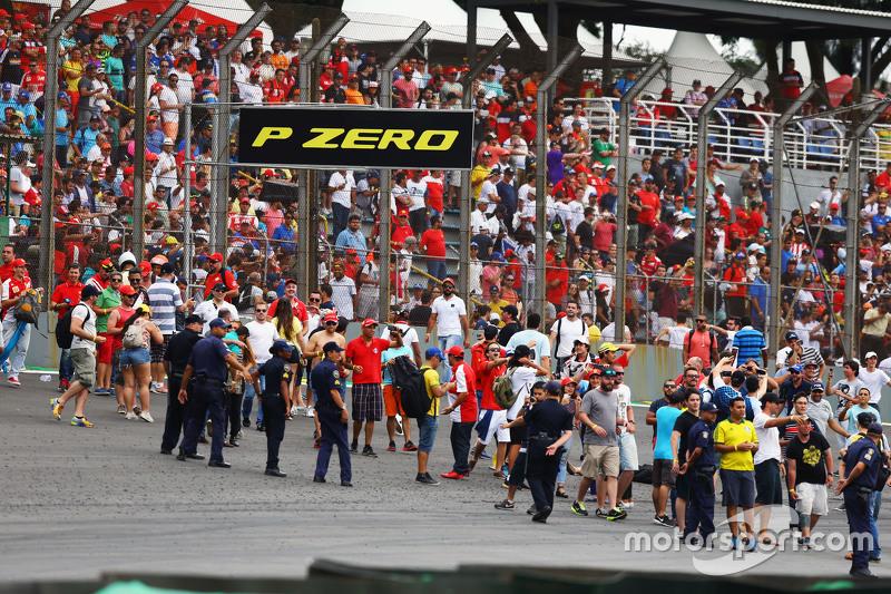 Los aficionados invaden la pista al final de la carrera