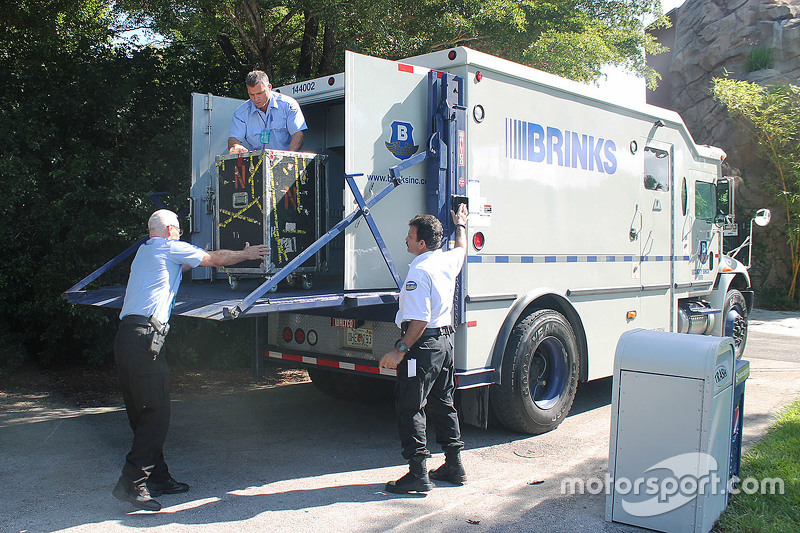 Brinks armored vehicle прибув до Miami Zoo