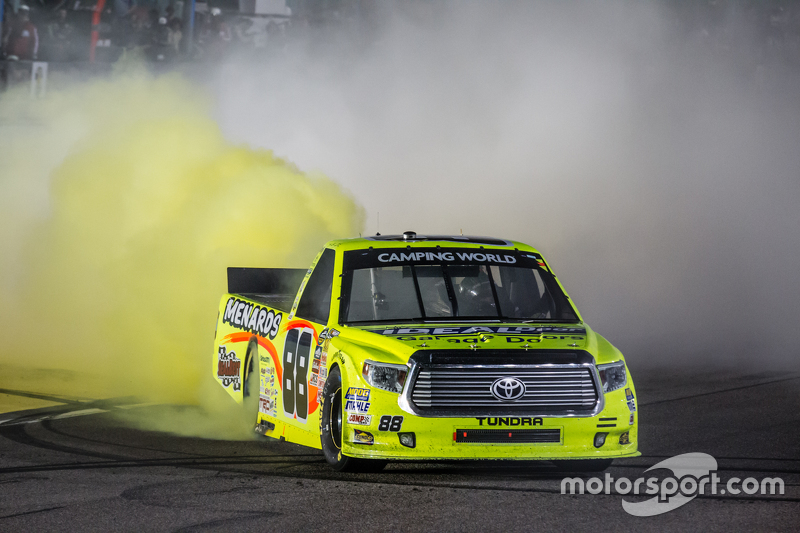 Race winner Matt Crafton, Thorsport Racing celebrates