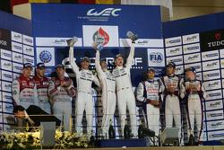 Podio: en general los ganadores Romain Dumas, Neel Jani, Marc Lieb, equipo de Porsche, segundo lugar