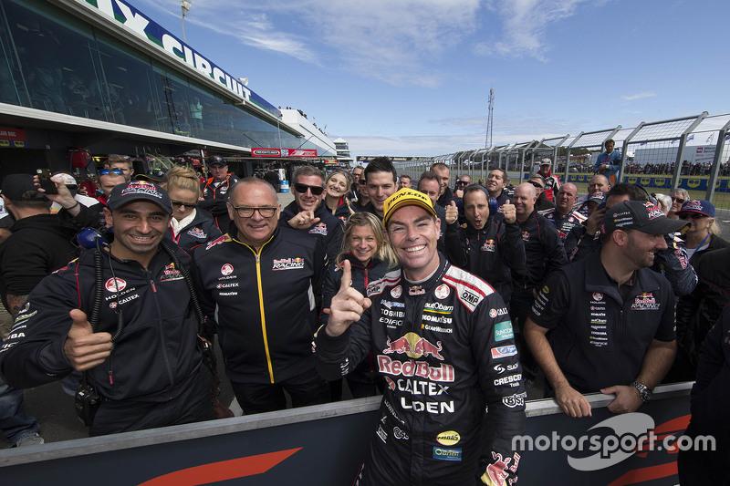 1. Craig Lowndes, Triple Eight Race Engineering, Holden, feiert mit dem Team im Parc Fermé