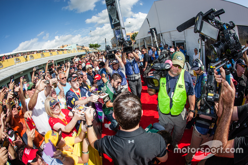 Jeff Gordon, Hendrick Motorsports Chevrolet, kommt zur Fahrerbesprechung