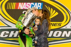 Victory lane: ganador de la carrera y 2015 NASCAR Sprint Cup series campeón Kyle Busch, Joe Gibbs Ra
