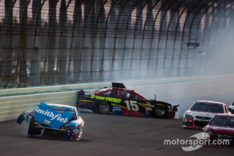 Unfall: Aric Almirola, Richard Petty Motorsports Ford; Clint Bowyer, Michael Waltrip Racing Toyota