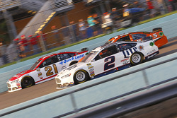 Ryan Blaney, Woods Brothers Racing Ford and Brad Keselowski, Team Penske Ford
