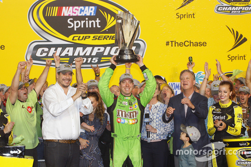 Victory-Lane: Champion NASCAR Sprint-Cup 2015: Kyle Busch, Joe Gibbs Racing Toyota