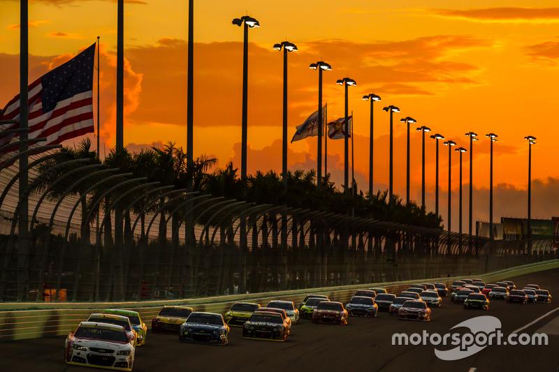 Reinicio: Kasey Kahne, Hendrick Motorsports Chevrolet lidera el grupo