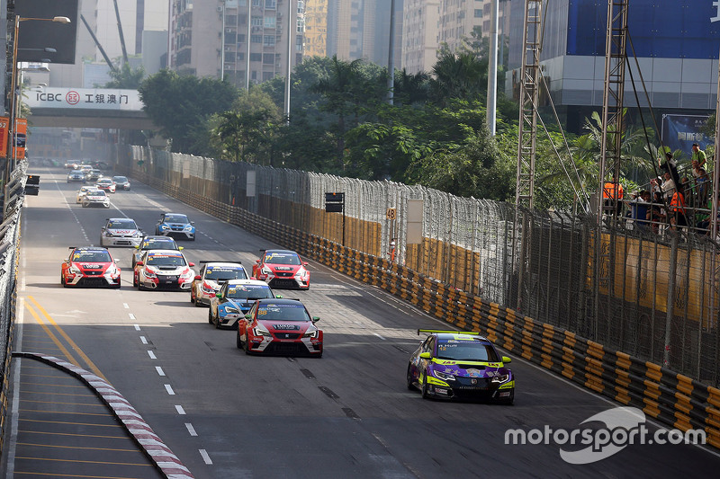 Rob Huff, Honda Civic TCR, West Coast Racing lead in front of Jordi Gene, SEAT Leon, Team Craft-Bamb