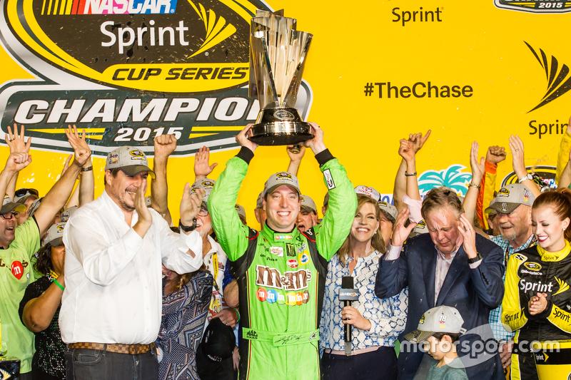 Victory-Lane: 1. und Champion NASCAR Sprint-Cup 2015: Kyle Busch, Joe Gibbs Racing Toyota, beim Feie
