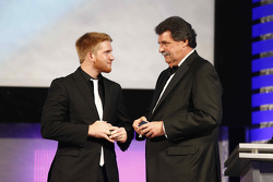 Il campione 2015 Xfinity Series Chris Buescher con Mike Helton NASCAR Vice-Chairman