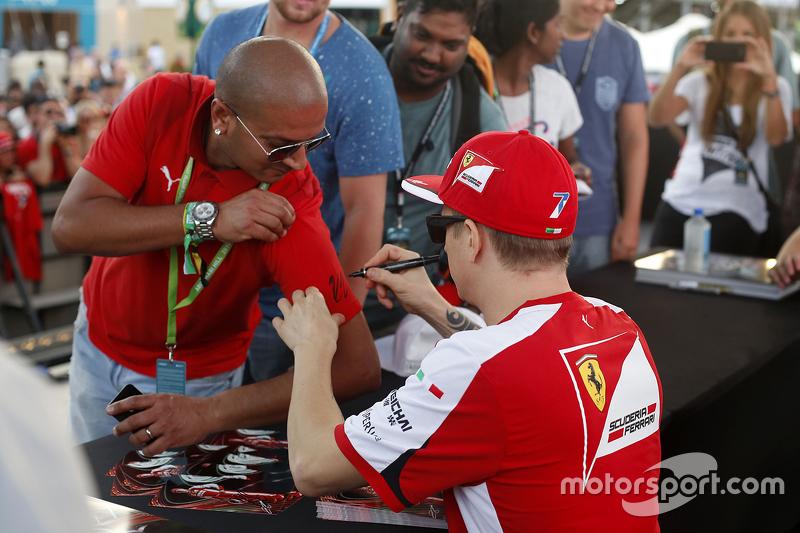 Kimi Räikkönen, Ferrari, schreibt Autogramme für die Fans