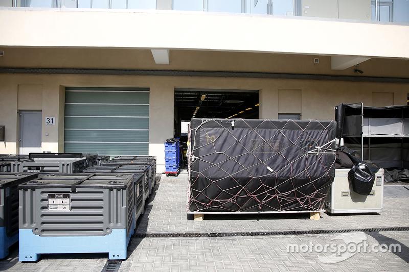 Lotus F1 Team вантаж в паддок