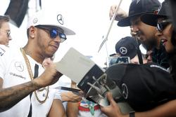 Lewis Hamilton, Mercedes AMG F1 signe des autographe pour les fans