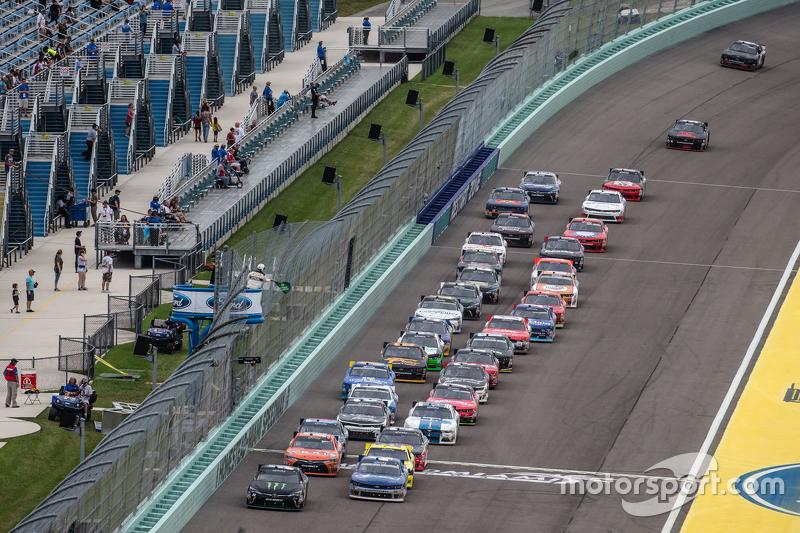 Restart: Kyle Busch, Joe Gibbs Racing Toyota leads the field