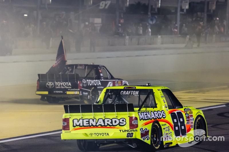 Чемпіон серії NASCAR Camping World Truck 2015  Ерік Джонс, Kyle Busch Motorsports святкує з переможець гонки Метт Крафтон, Thorsport Racing