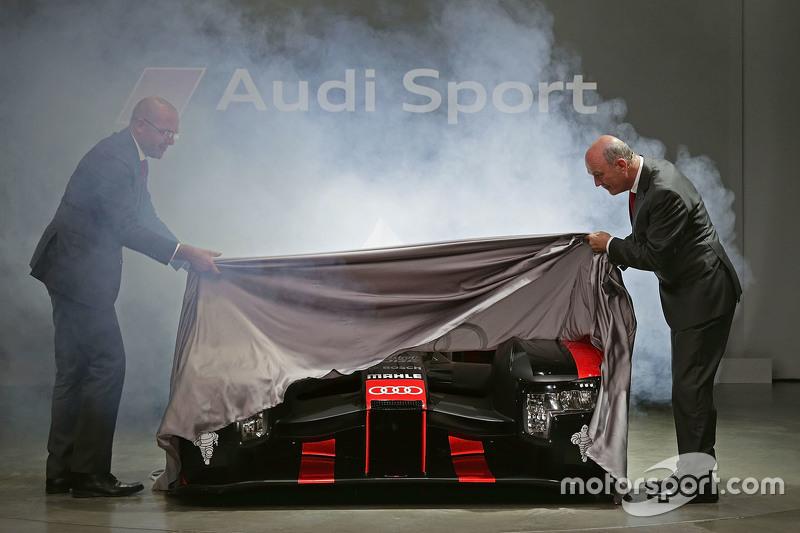 Chris Reinke, LMP-Leiter, und Dr. Wolfgang Ullrich enthüllen den Audi R18 für 2016