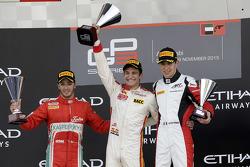 Podium: ganador de la carrera, Alex Palou, Campos Racing, segundo lugar, Antonio Fuoco, Carlin, tercero Esteban Ocon, ART Grand Prix