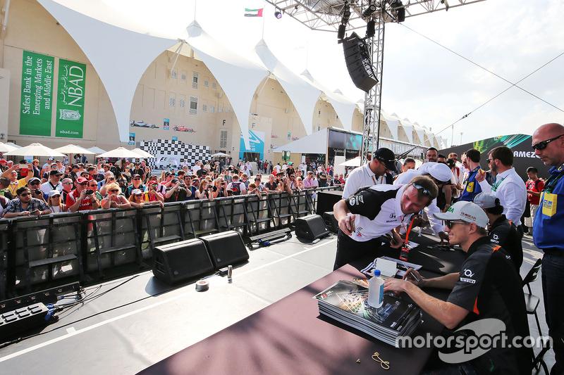 Ніко Хюлкенберг, Sahara Force India F1 роздає автографи фанатам