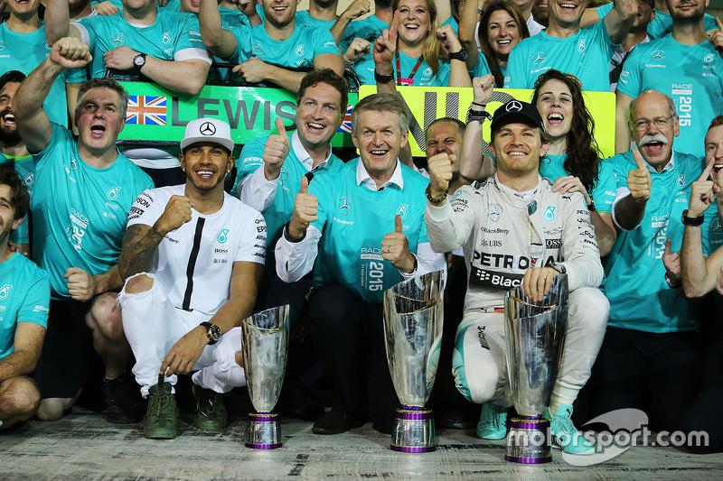 1. Nico Rosberg, Mercedes AMG F1, feiert mit 2. Lewis Hamilton, Mercedes AMG F1, und dem Team