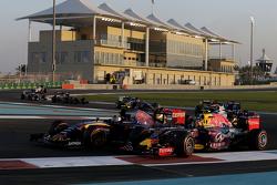 Daniil Kvyat, Red Bull Racing RB11 en Carlos Sainz Jr., Scuderia Toro Rosso STR10 bij de start
