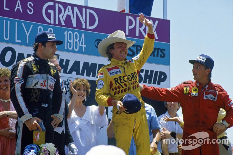 Podium : le vainqueur Keke Rosberg, Williams, le deuxième René Arnoux, Ferrari, et le troisième Elio de Angelis, Lotus