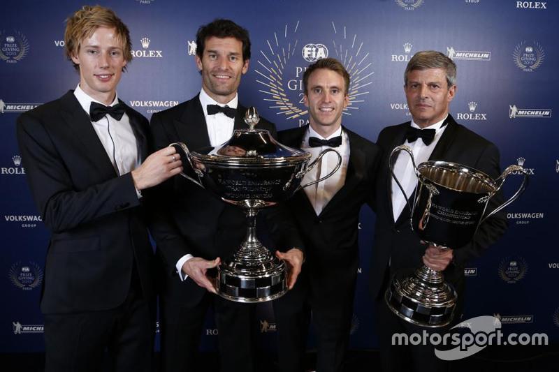 Porsche trío Brendon Hartley, Mark Webber y Timo Bernhard reclamar su trofeo por su éxito en WEC junto con su jefe Fritz Enzinger.