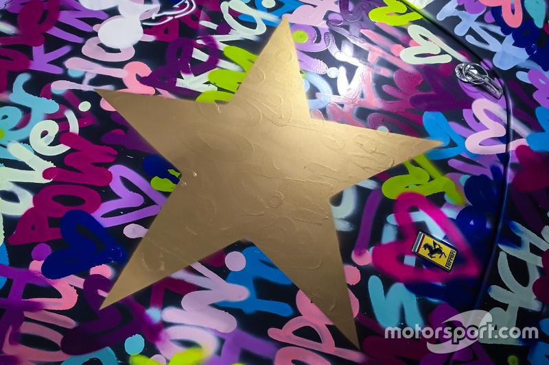 Een gouden ster prominent op de voorkant