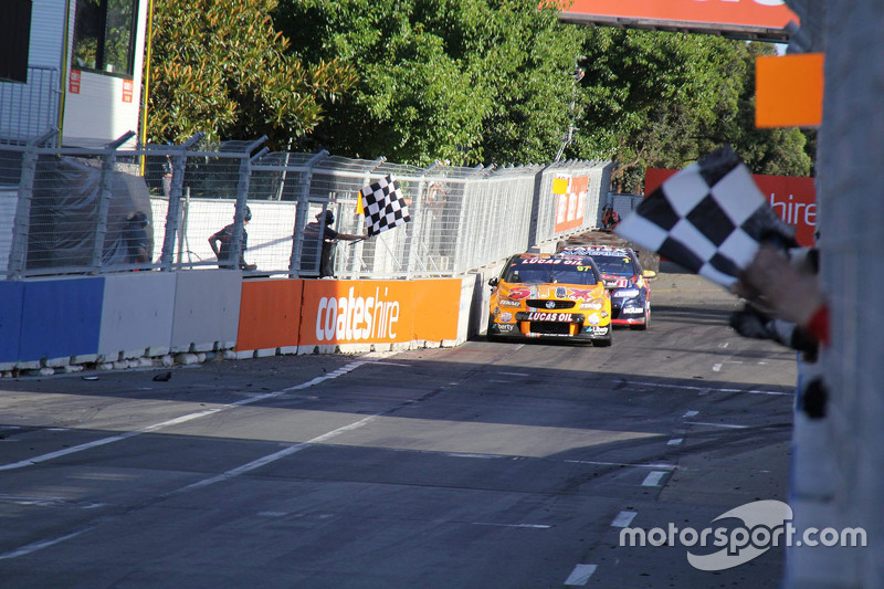 Kazanan Shane van Gisbergen, Tekno Autosports Holden