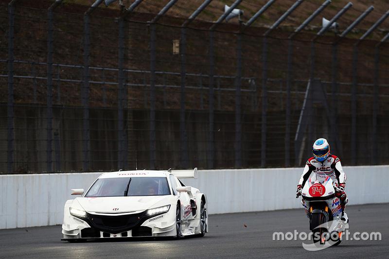 Fernando Alonso rijdt op een Honda-motor met de Honda NSX