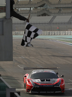 Побкдный финиш Ferrari 458 Italia команды Kessel Racing: Давиде Ригон, Андреа Пиччини, Михал Бронишевски