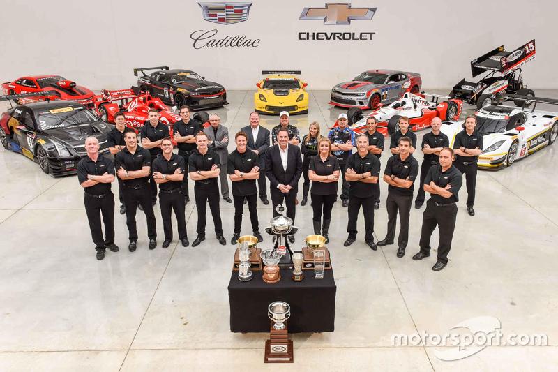 Alle Chevrolet-Titelträger und die Eigentümer der Fahrzeuge posieren für ein Erinnerungsfoto